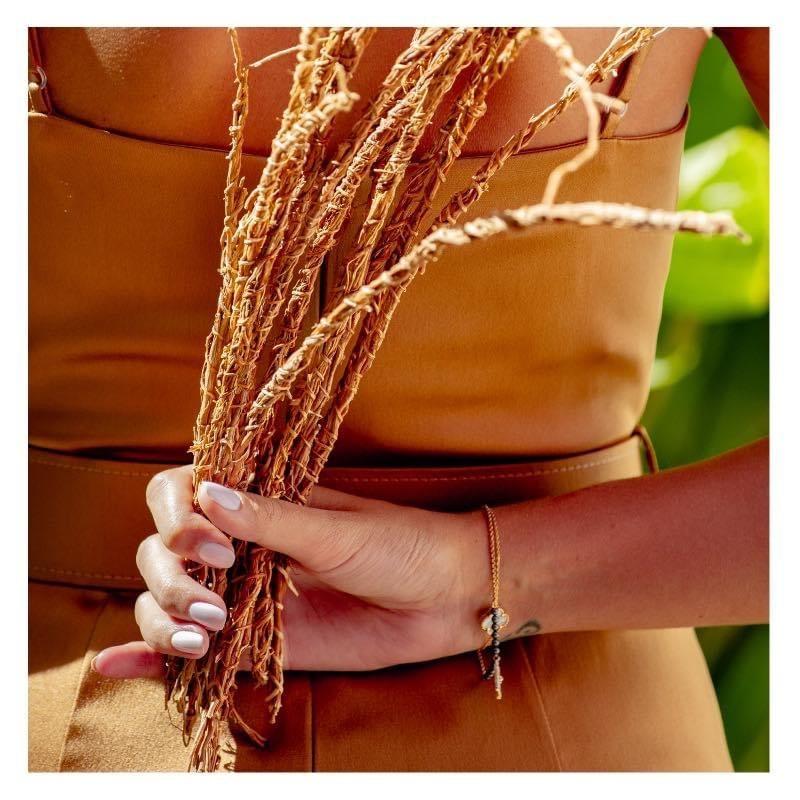 Photos, femme tenant vétiver (khamaré)