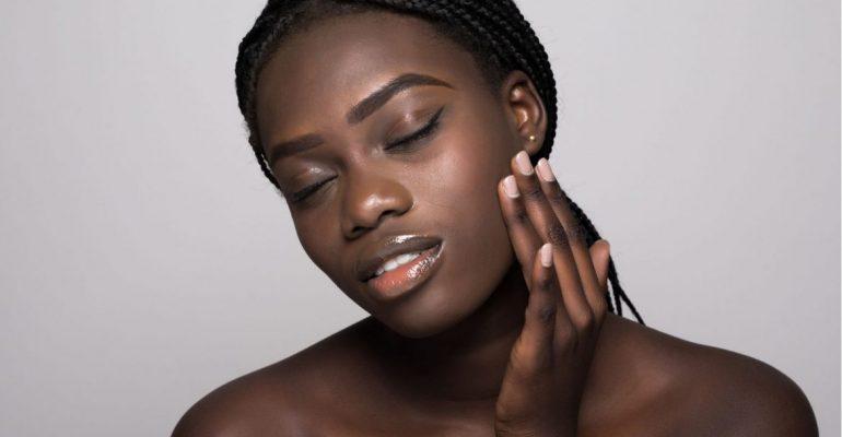 Peau noire : 10 sérums réputés efficaces contre les taches et cicatrices d'acné